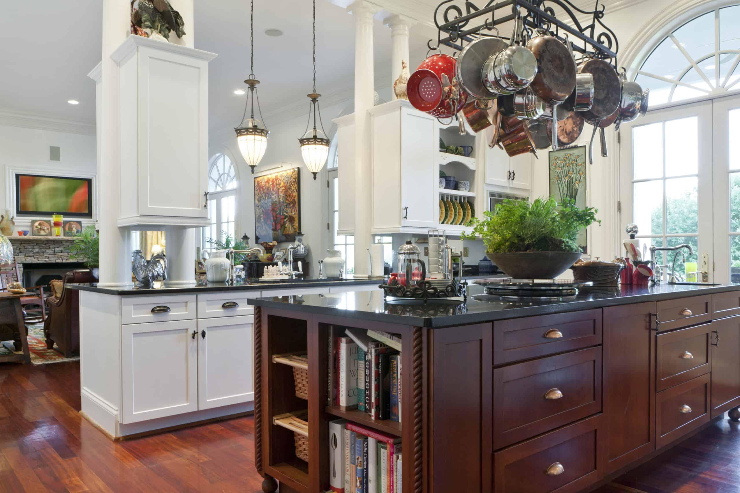022horiz-kitchen-and-family